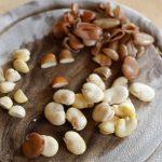 Geschälte Saubohnen, halbierte Bohnen und Schalenreste